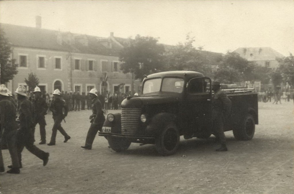 Novine-Vat.Foto 1 - Vjezba na trgu krajem pedesetih godina XX vijeka