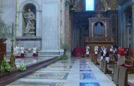 Papa Franjo uskršnju misu vodi putem interneta